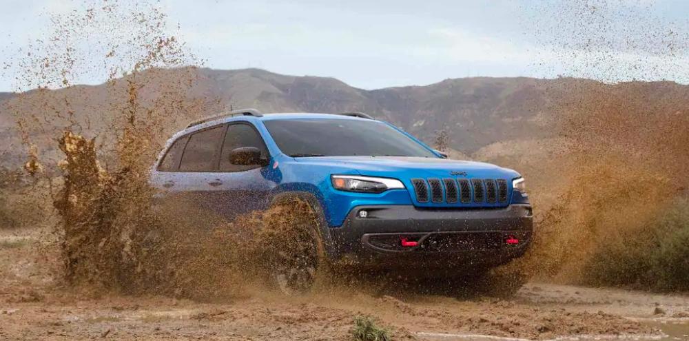2019 Jeep Cherokee Driving Through Mud