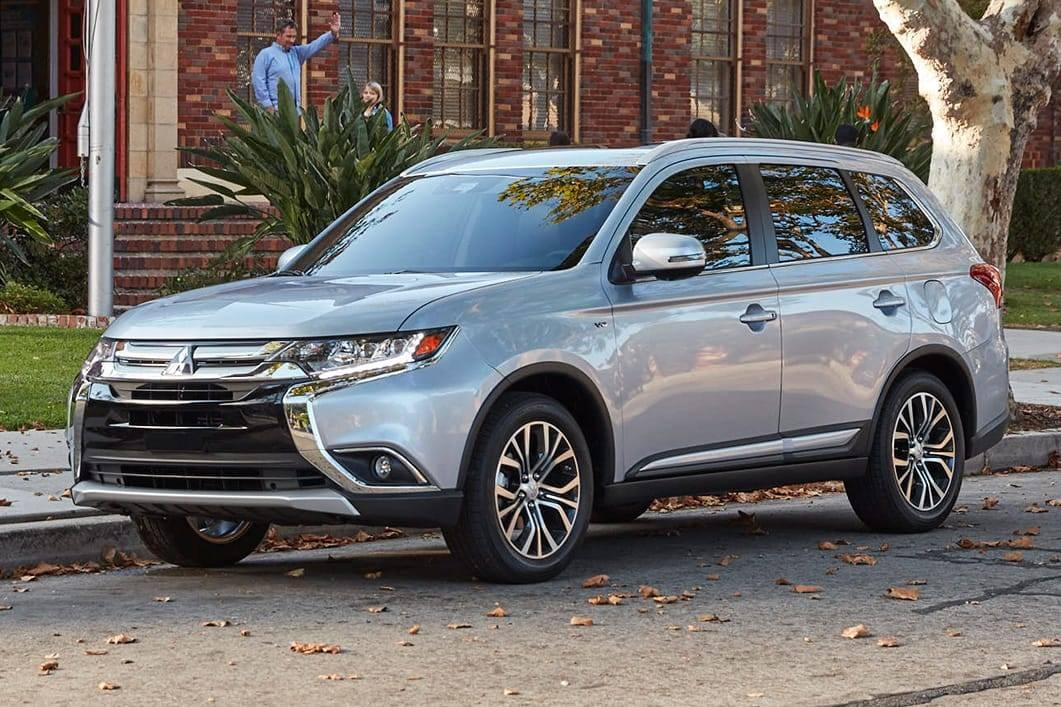 2017-Mitsubishi-Outlander-7-passenger-SUV-exterior-in-front-of-School-overlay