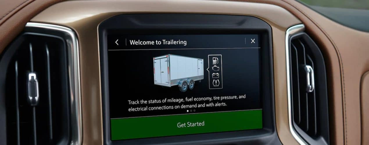 A close up shows the infotainment screen and the trailering options in a 2021 Chevy Silverado 1500.