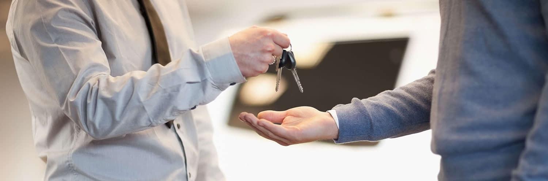 Los hombres intercambian las llaves del auto.